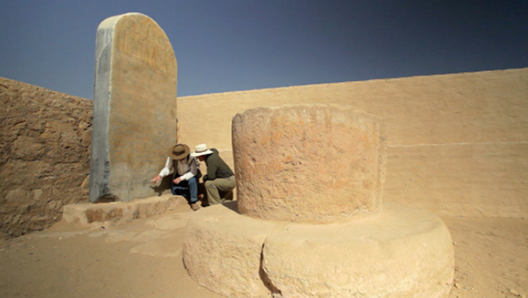 Egyptologist David Rohl and Tim Mahoney at the Merneptah Stele replica